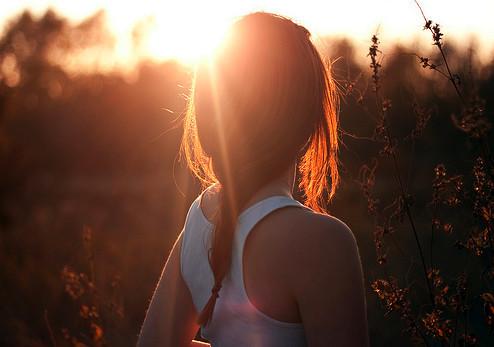 mulher olhando o sol